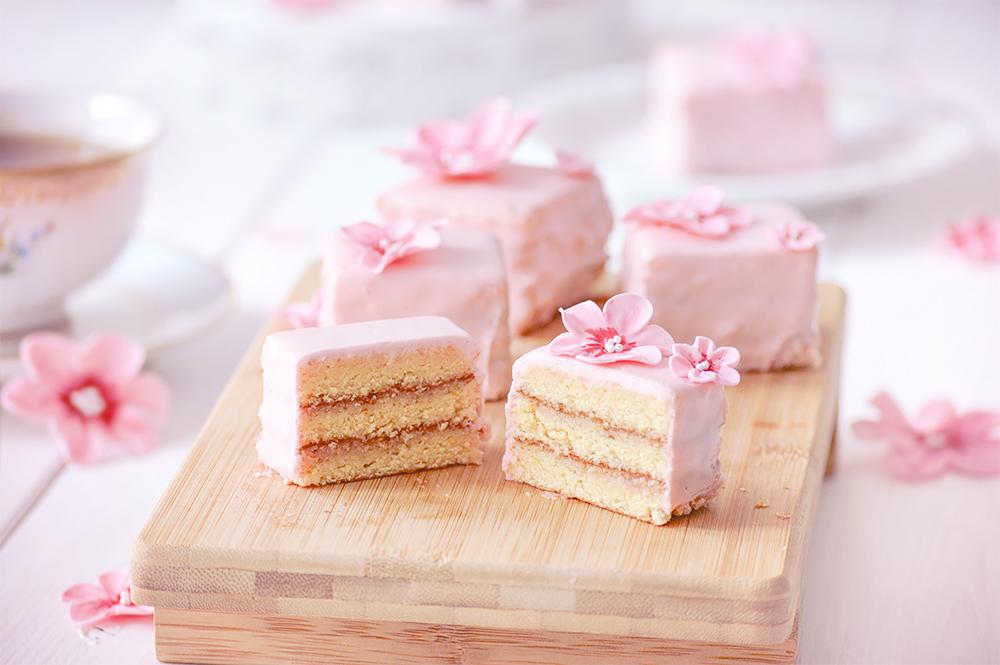 Petit Four Rosa mit Frischkäseguss und Kirschblüten aus Fondant