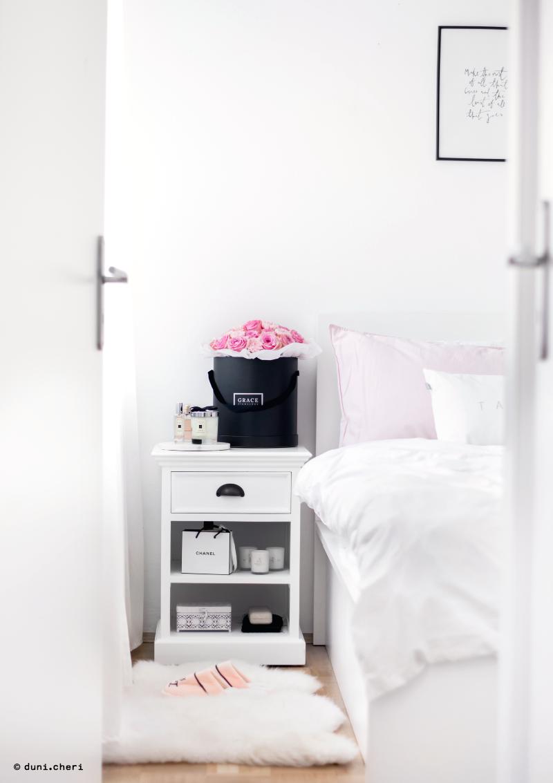 schlafzimmer weiss skandinavisch nachttisch