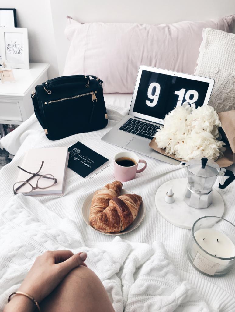 Croissants kaffee und macbook