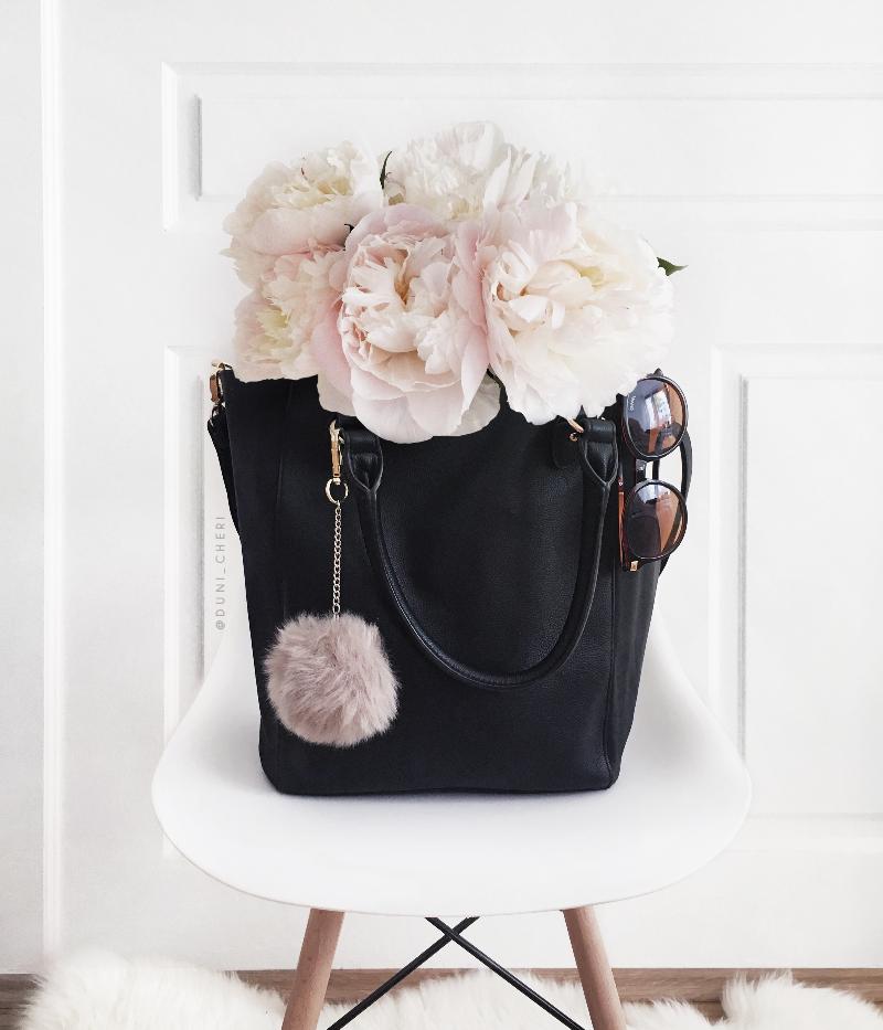 schwarze shopper Tasche leder und weiße Pfingstrosen Alltag