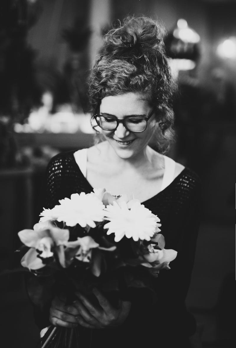 Flowerpower Frau lachen Blumenstrauss