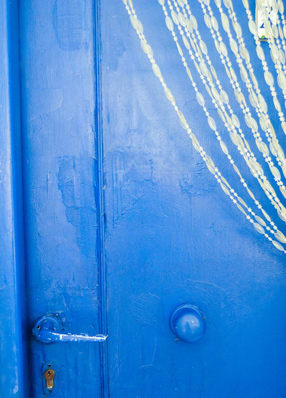 Alte blaue Holztür in Griechenland