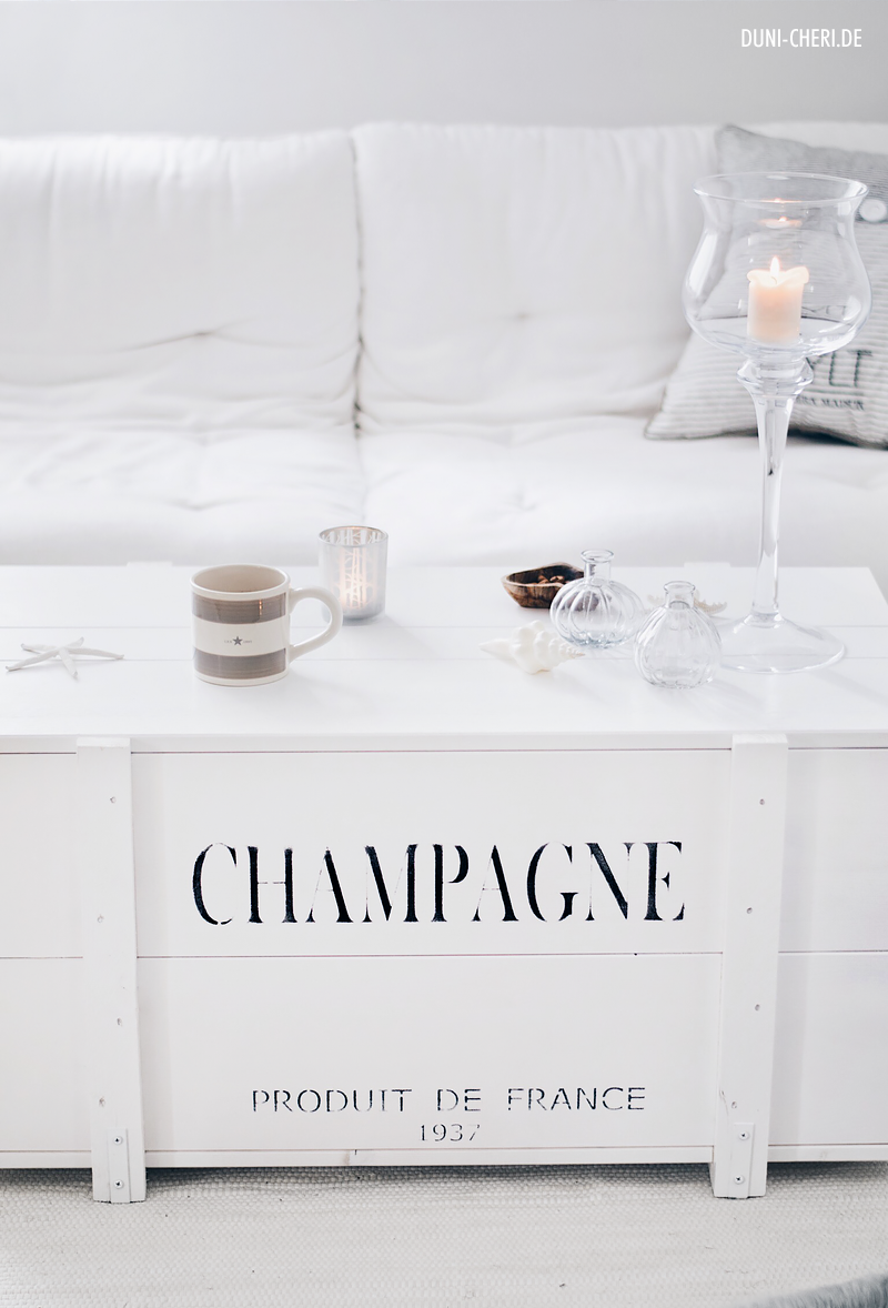 champagne weisse kiste truhe als couchtisch im wohnzimmer