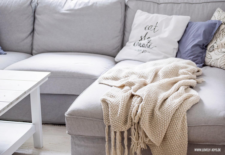 Graue Couch beige Strick Decke kuschelig