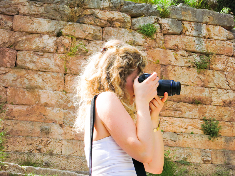 Mädchen mit Spiegelreflex Kamera