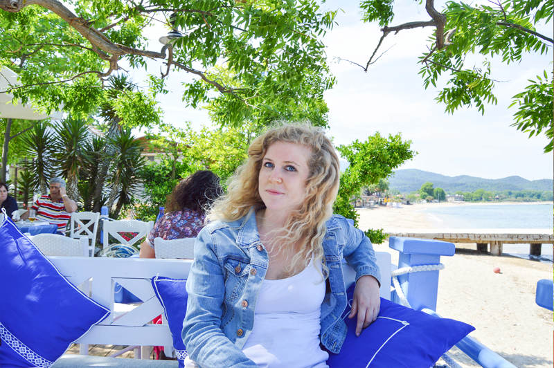 Griechenland Strand Reise Bericht Mädchen im Restaurant
