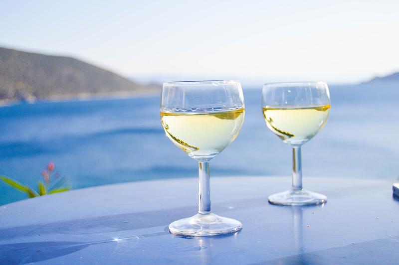 Weißwein aus Griechenland am Meer