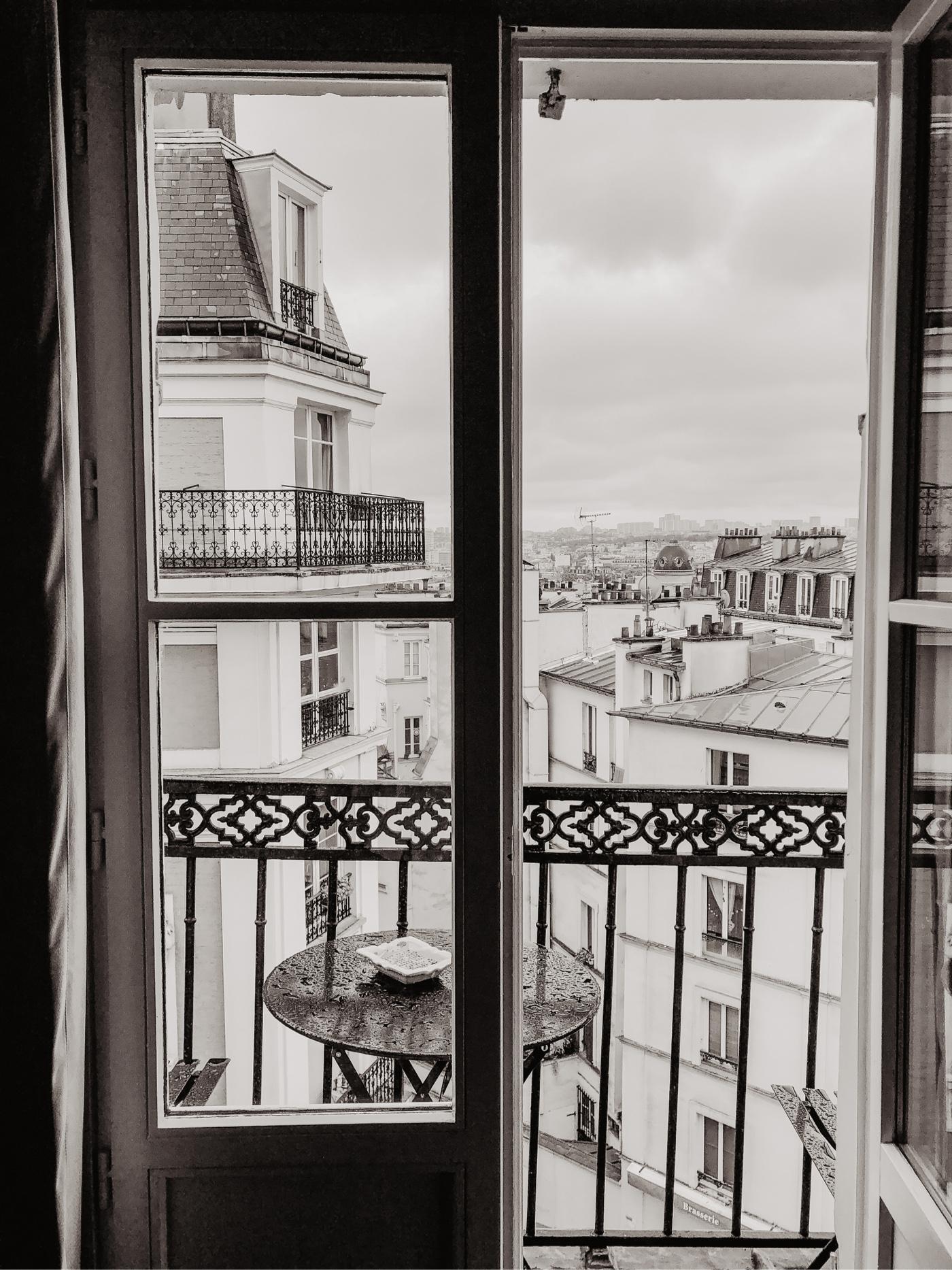 paris fenster balkon schwarz weiss