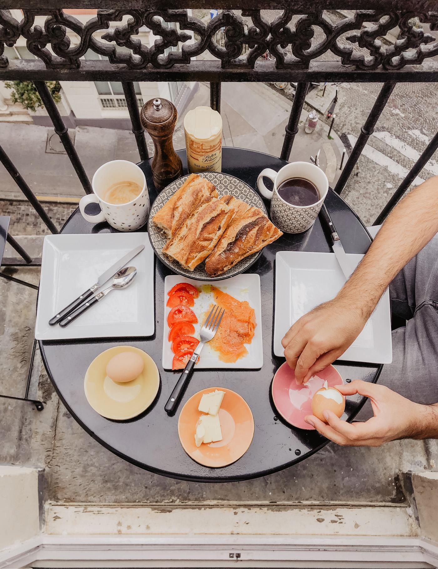 Paris Frühstück Balkon Montmatre Apartment