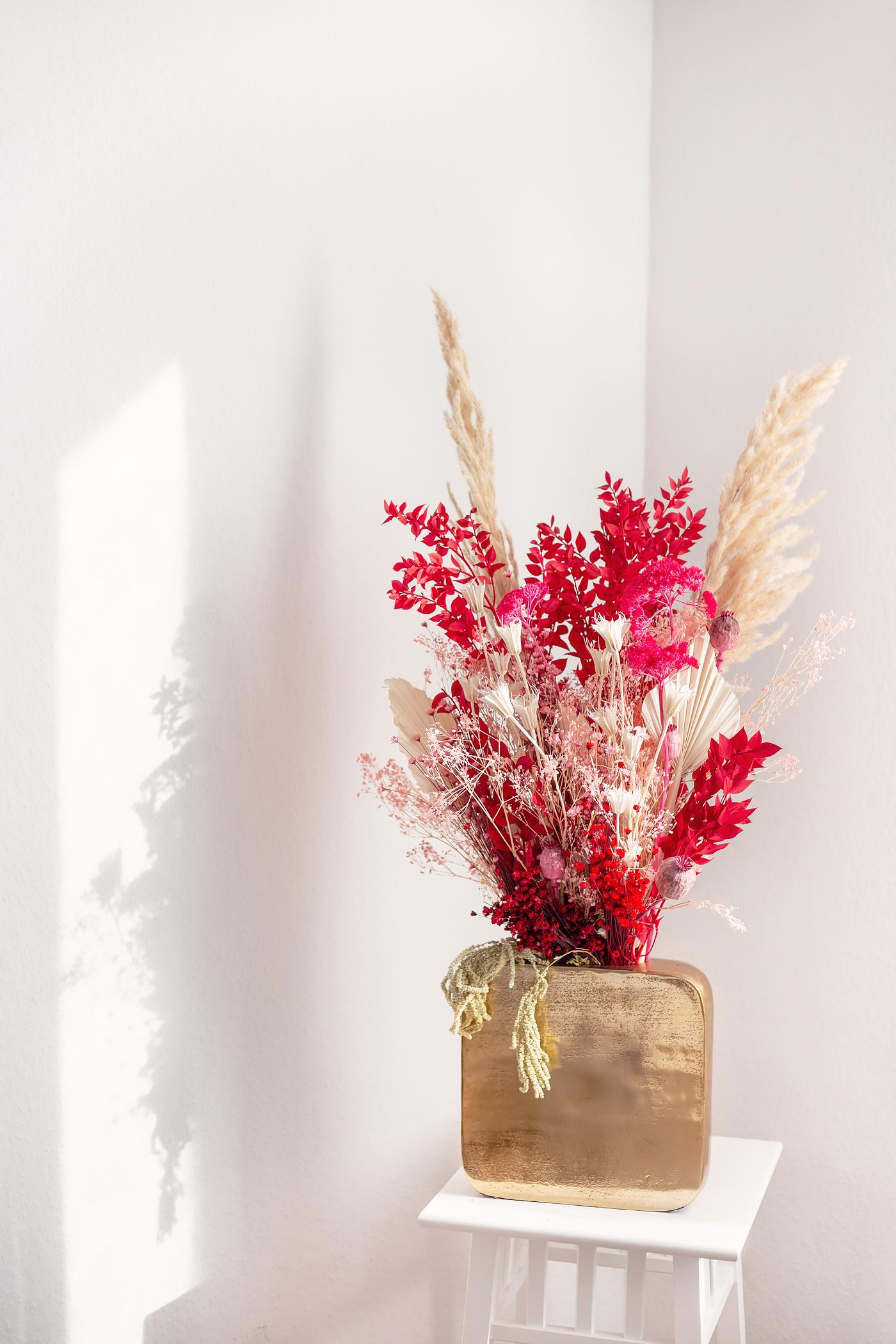 gold vase eckig bouquet getrocknet rot paris