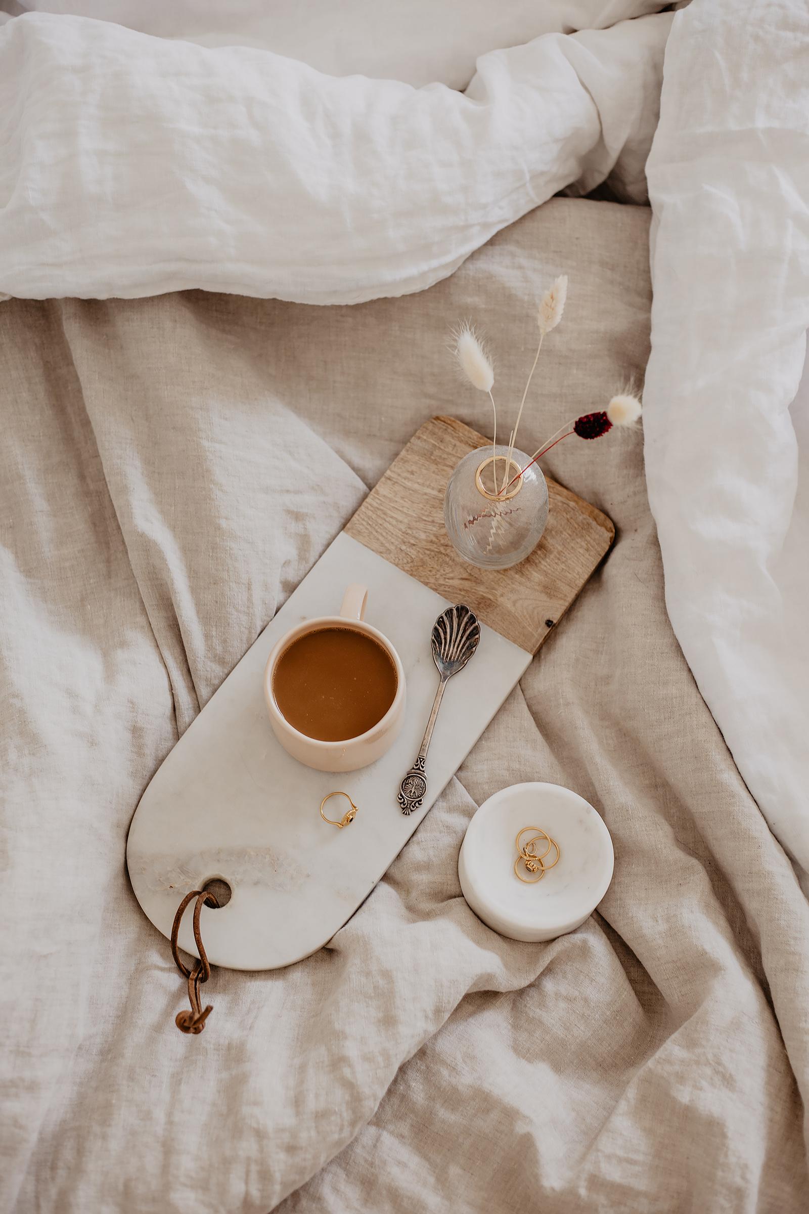 flatlay kaffee bett leinen